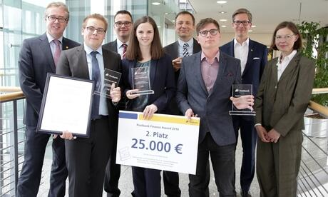 Bei der Verleihung des Postbank Finance Awards 2016 in Bonn (von links): Ralf Stemmer, Lukas Fischer, Phillip Wilmertinger, Carina Lung, Gregor Dorfleitner, Nico Stang, Frank Strauß, Petra Gruner