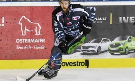 Austin Madaisky am Puck. Foto: Armin Weigel/Archiv