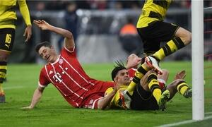 Der BVB sinnbildlich am Boden, Robert Lewandowski grätscht in das leere Tor. Foto: AFP Photo / Christof Stache