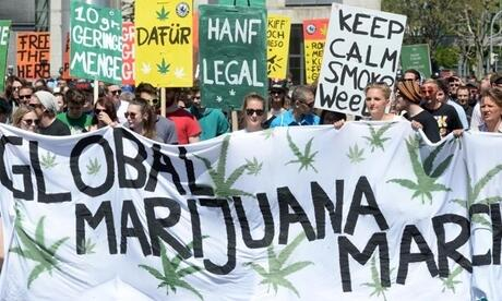 Demonstranten mit einem Banner zum Global Marijuana March. Foto: Franziska Kraufmann/Archiv