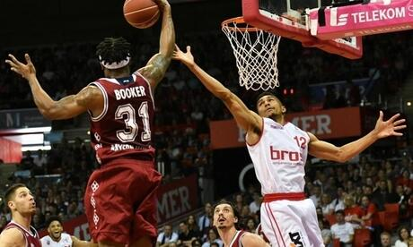 Bayerns Devin Booker (l) kommt vor Bambergs Maodo Lo an den Ball. Foto: Angelika Warmuth