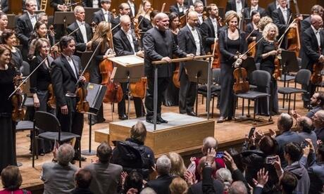 Jaap van Zweden (am Pult) dirigiert die New Yorker Philharmoniker (2016). Foto: Chris Lee/New Yorker Philharmoniker