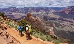 Das Panorama stimmt: Wanderer unterwegs auf dem South Kaibab Trail im Grand Canyon. Foto: Sirena Dufault/Arizona Office of Tourism/dpa