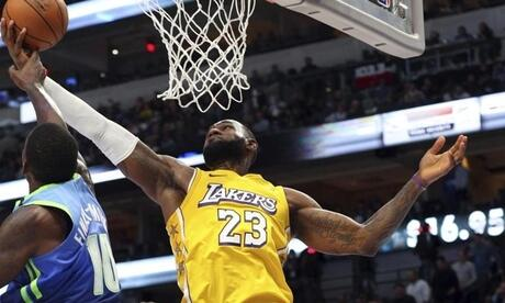 Überragender Akteur beim Lakers-Sieg in Dallas: LeBron James (r). Foto: Richard W. Rodriguez/AP/dpa